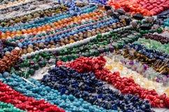 Pärlor som göras av naturliga stenar Arkivbild