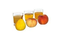 Päron, äpple och persika i bakgrundsexponeringsglasen med fruktsaft Royaltyfri Foto