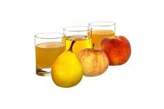 Päron, äpple och persika i bakgrundsexponeringsglasen med fruktsaft Fotografering för Bildbyråer