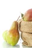 Päron i korgen Arkivfoto