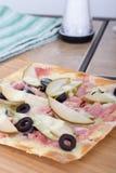 Päron- och skinkapizza Royaltyfria Bilder