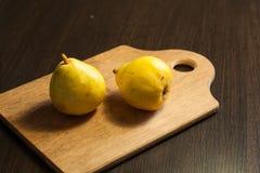 Päron på en mörk träbakgrund Fotografering för Bildbyråer