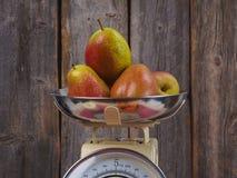Päron på en skala Arkivfoton