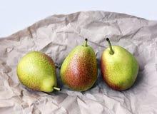 Päron på ett inpackningspapper Royaltyfri Foto