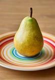 Päron på plattan Arkivbild