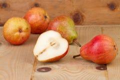 Päron på träbakgrund Arkivbild
