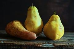 Päron på träbakgrund Royaltyfri Fotografi