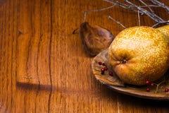 Päron på träplattan Royaltyfri Bild