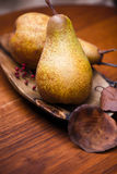 Päron på träplattan Royaltyfri Fotografi