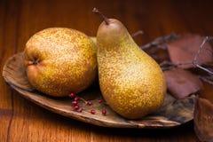 Päron på träplattan Royaltyfria Foton