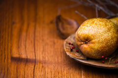 Päron på träplattan Fotografering för Bildbyråer