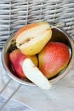 Päron på trätabellen Ny frukt fotografering för bildbyråer