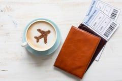 Pässe, Bordkarte und Tasse Kaffee (Flugzeug hergestellt vom Zimt) Lizenzfreies Stockfoto