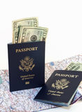 Pässe mit Karte und Geld Stockbilder