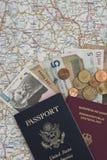 Pässe und Geld auf einer Karte stockfotografie