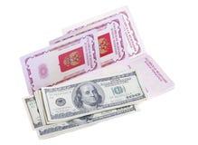 Pässe und Stapel US-Geld Lizenzfreie Stockfotos