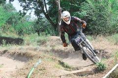På åtsittande krökningar på mountainbiket Fotografering för Bildbyråer