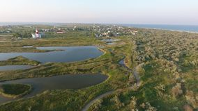 På ön ovanför banorna över breda flodmynningarna arkivfilmer