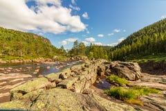 På överkanten av Rjukanfossen i den norska skogen i Tovdal norway Royaltyfria Bilder
