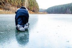 På alla fours är att krypa barnet på isen mycket halt fotografering för bildbyråer