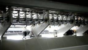 På att vaddera producerar maskinen tyger för tillverkning av madrassen lager videofilmer
