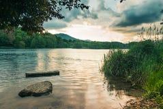 På banken av en flod på soluppgång royaltyfri fotografi