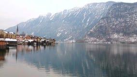 På banken av Hallstattersee sjön Hallstatt, Österrike arkivfilmer