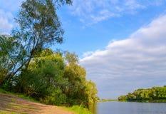 På bankerna av floden i en härlig September dag Arkivbilder