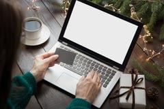 På bokstäver som hänger julklockor Kvinnashopping med kreditkorten vid bärbara datorn i hemmiljö xmas Hyvla ferier arkivfoton