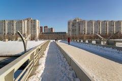 På bron som korsar en ny huvudväg i St Petersburg Arkivfoto