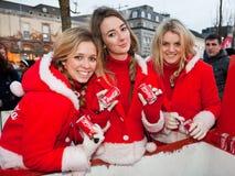 på burk cocaen - colaklänningflickor santa Fotografering för Bildbyråer