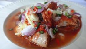 På burk fisk med sallad för tomatsås Arkivfoto