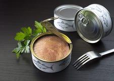 På burk tonfiskpersilja och gaffel Royaltyfri Fotografi