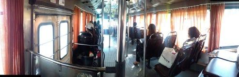På bussen med passagerare i Bangkok Thailand Royaltyfri Foto