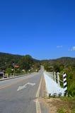 På byn 1_1 för Asphalt Road passerandeland, bro, riktning, Tra Royaltyfria Foton