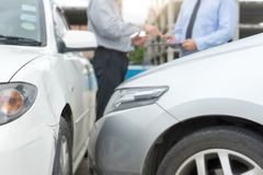 På carcrashen för medel för vägbilolycksfallsförsäkring den undersökande Royaltyfria Bilder