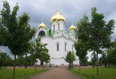 På Catherine Cathedral den molniga Juli dagen Tsarskoye Selo Royaltyfri Bild