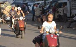 På de kambodjanska gatorna Arkivbilder