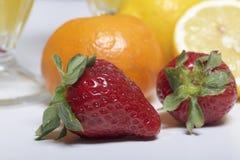 På de tabelllögnfrukterna och bären: jordgubbar, citron och Mandarine Arkivfoto