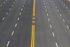 På den öppna vägen fodrar trafiktecknet bakgrund Arkivbild