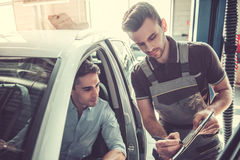 På den auto servicen fotografering för bildbyråer