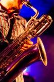 På den baryton- saxofonen Arkivfoto