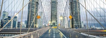 På den berömda Brooklyn bron Arkivbilder