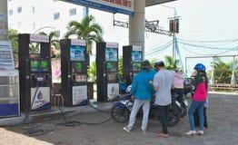 På den Can Tho bensinstationen - fotografering för bildbyråer