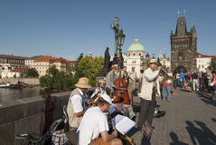 På den charles bron i den prague Tjeckien Europa Arkivfoton