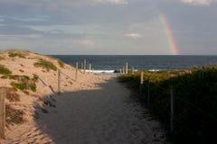På den Cronulla stranden med en regnbåge i Sydney royaltyfri bild