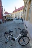 På den gamla gatan i den rumänska staden av Sibiu royaltyfri bild