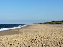 På den guld- bruna sanden för strand Royaltyfria Foton