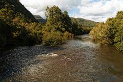 På den regniga säsongen översvämmar floder över dess marginaler royaltyfria foton