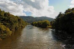 På den regniga säsongen översvämmar floder över dess marginaler arkivbild